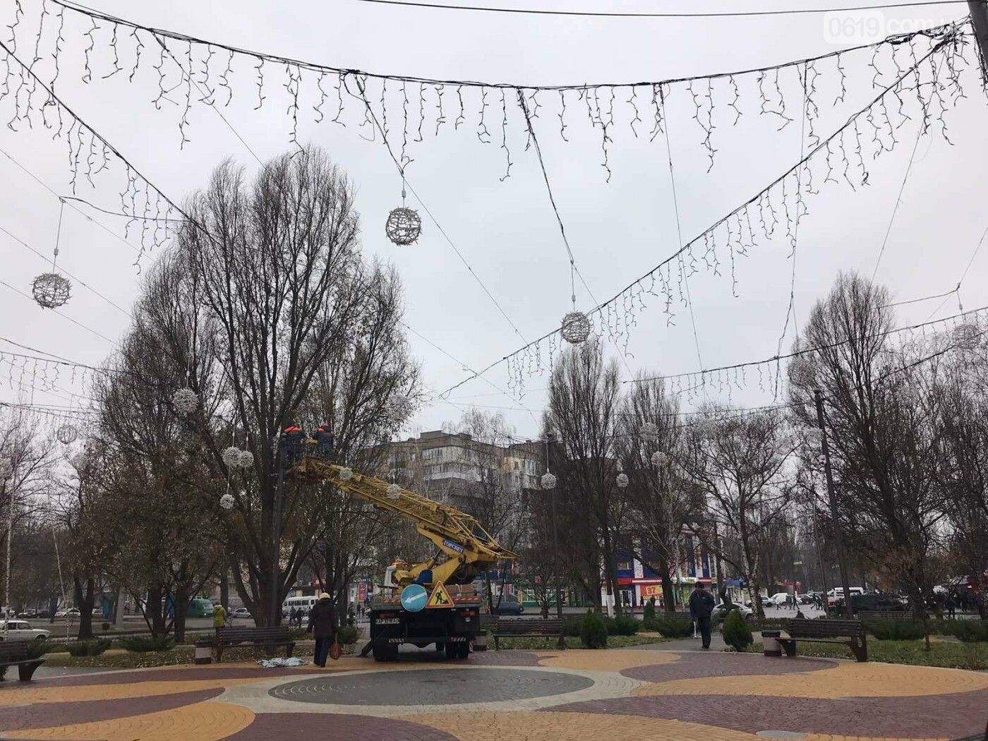 Мелитополь украшают новогодней иллюминацией, - ФОТО, фото-3