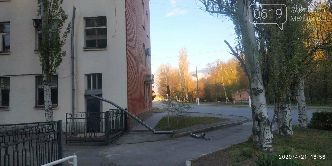 У Мелітополі з будівлі пенсійного фонду відірвався водовідвід, фото-3