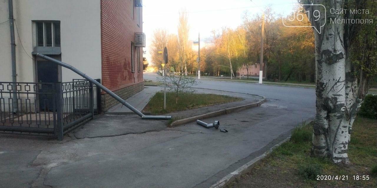 У Мелітополі з будівлі пенсійного фонду відірвався водовідвід, фото-1