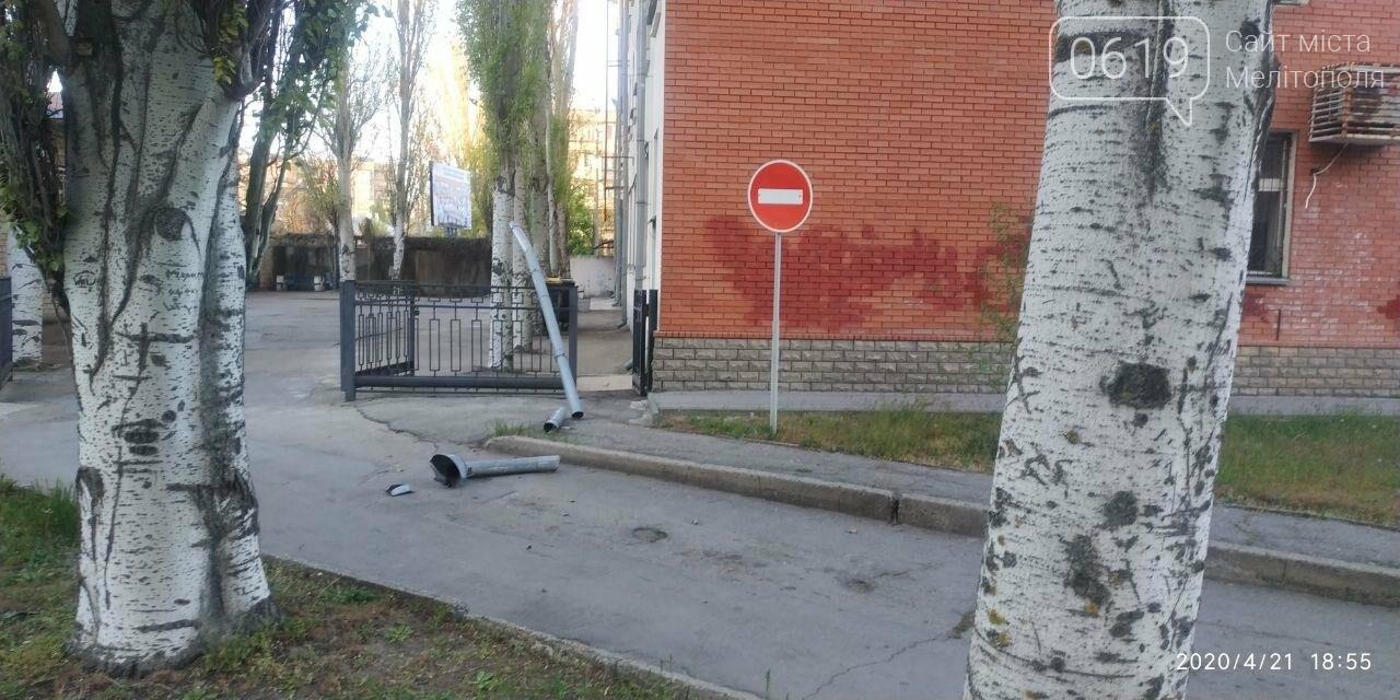 У Мелітополі з будівлі пенсійного фонду відірвався водовідвід, фото-5