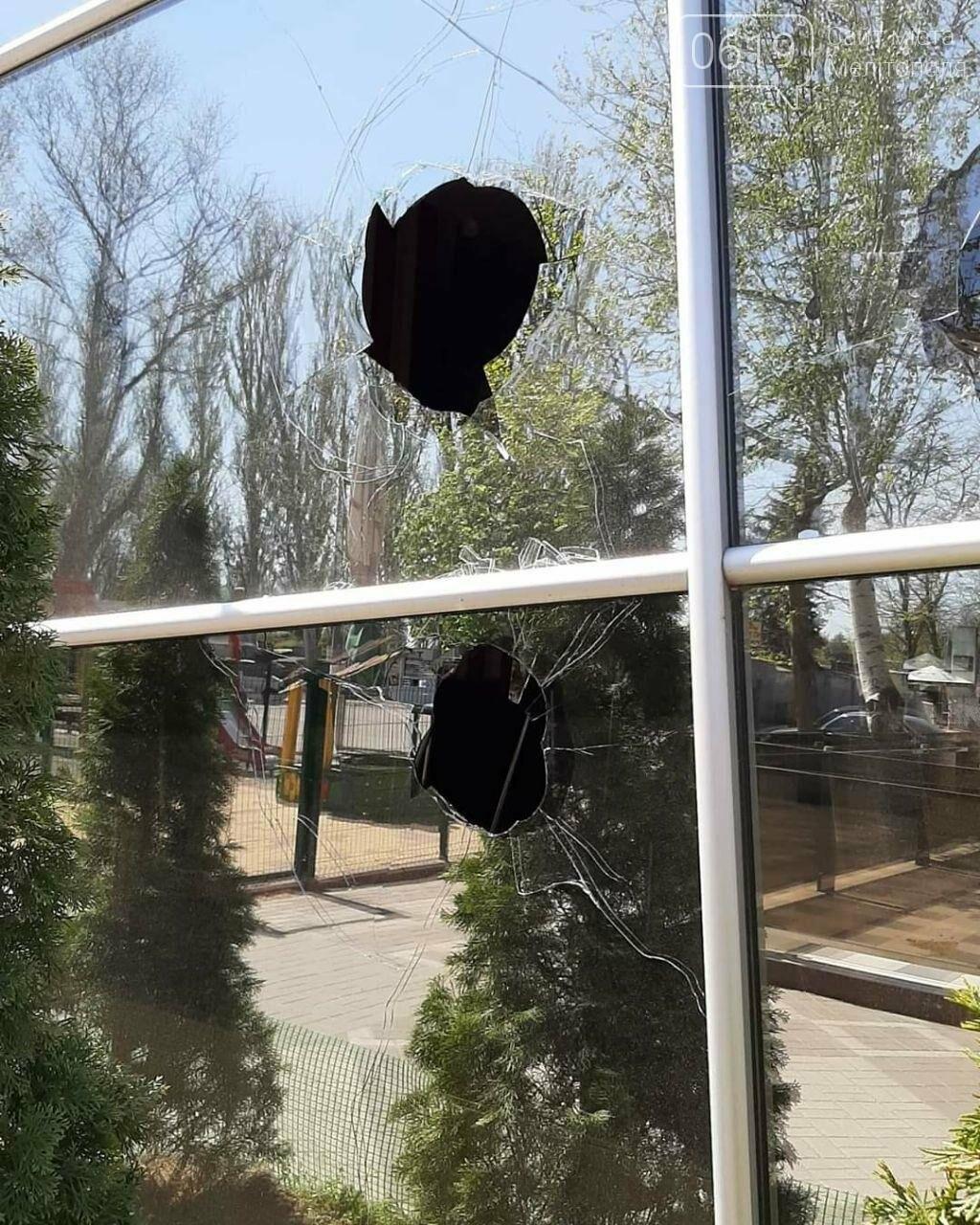 В популярному мелітопольському кафе побили скло, фото-4