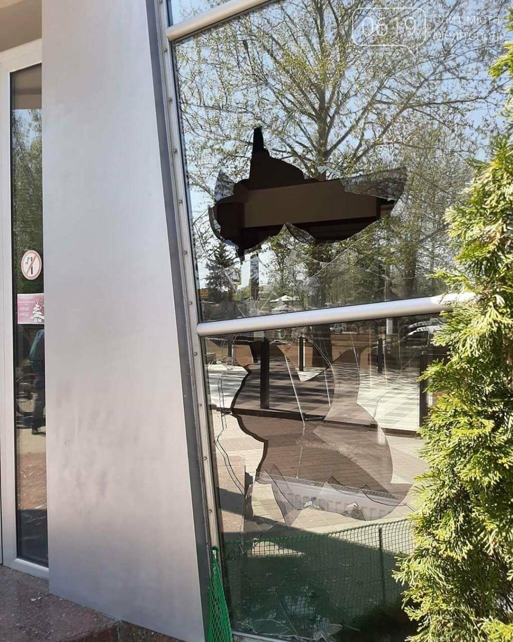 В популярному мелітопольському кафе побили скло, фото-3