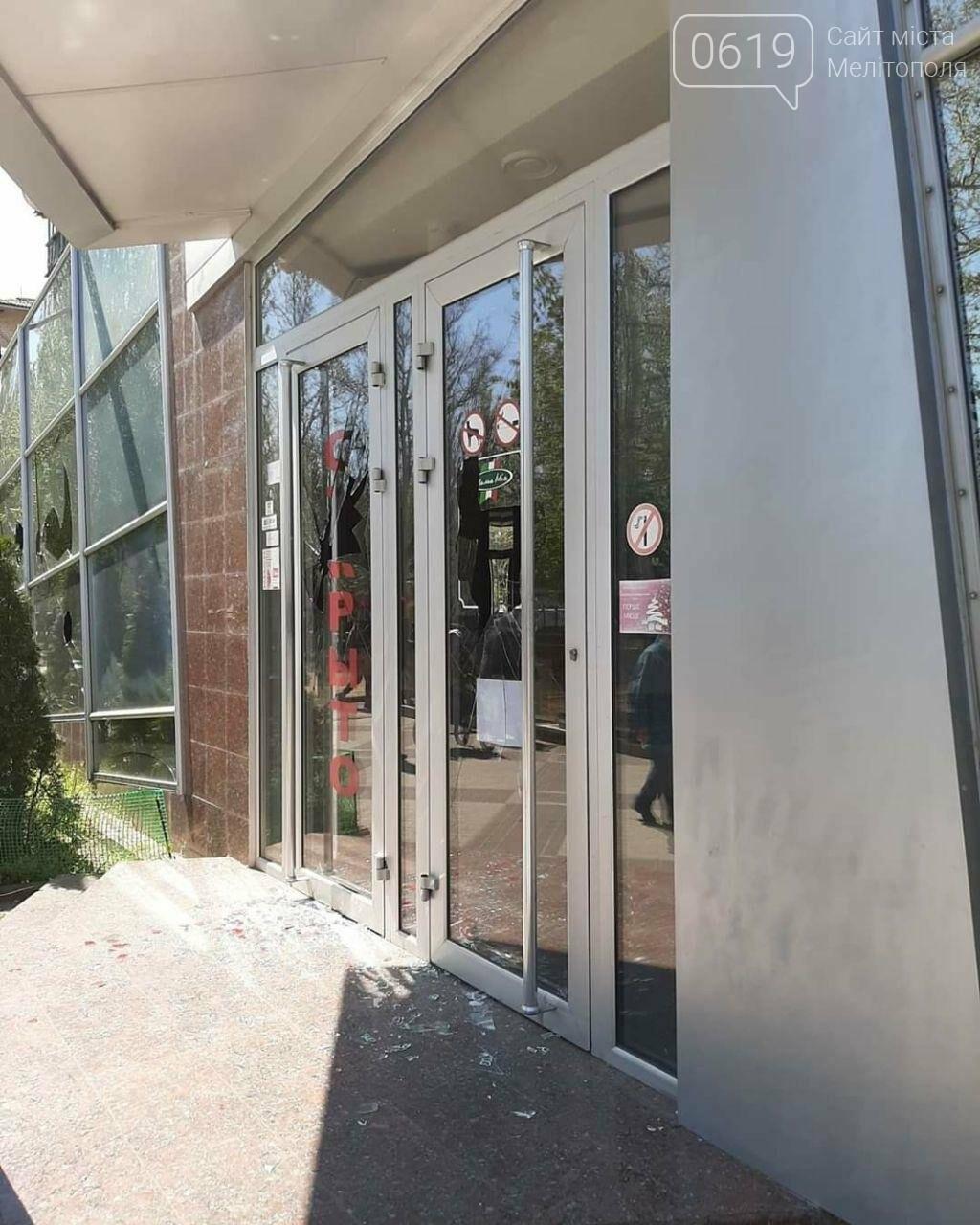 В популярному мелітопольському кафе побили скло, фото-2