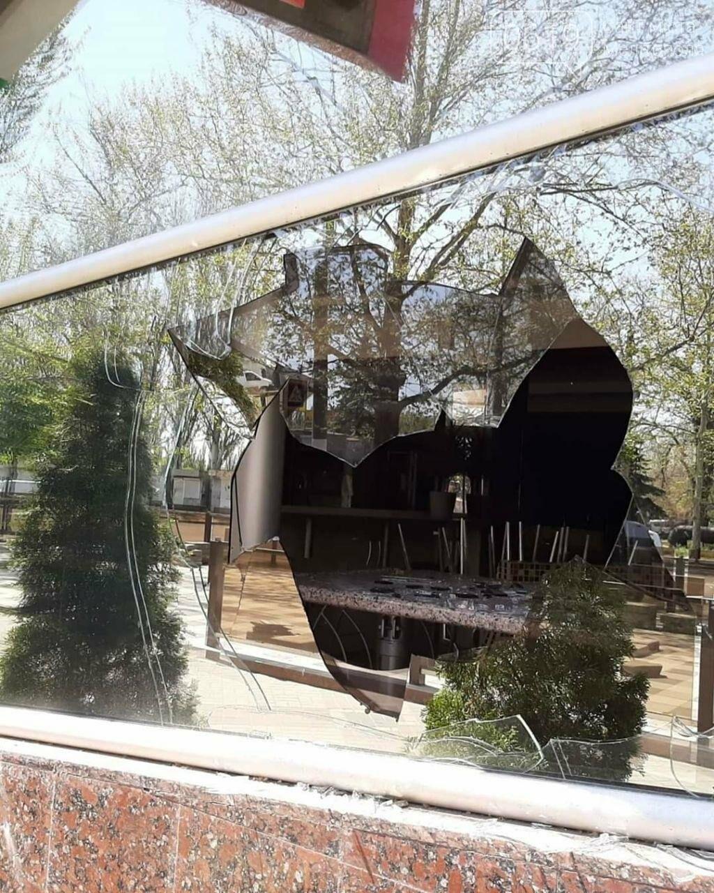 В популярному мелітопольському кафе побили скло, фото-1