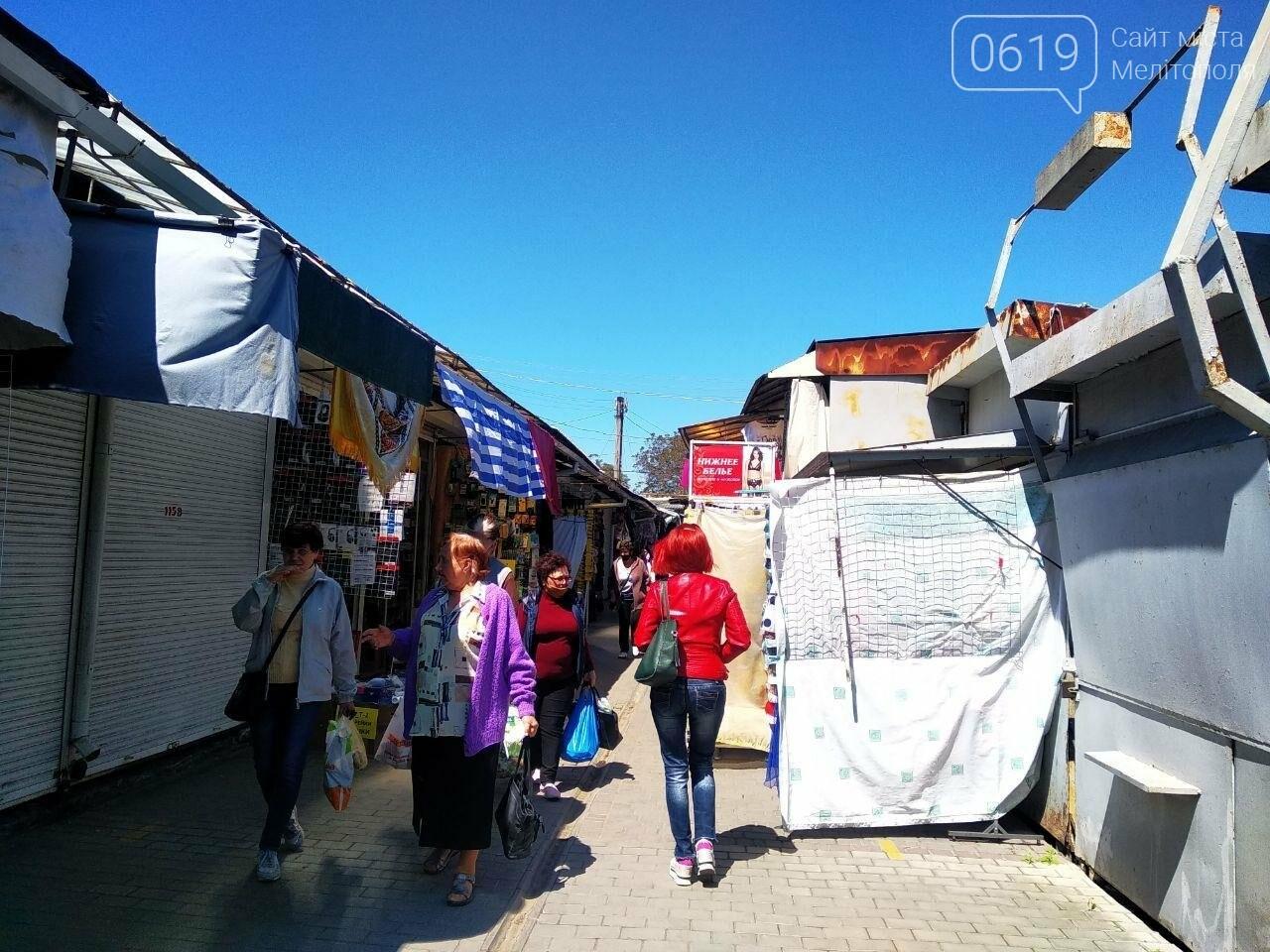 В Мелитополе начали работать вещевые рынки, фото-5