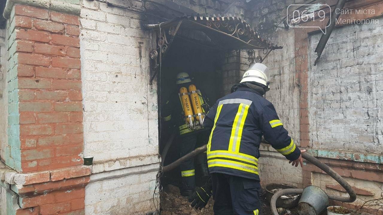 В пгт Веселое на пожар выезжали сразу два экипажа спасателей, фото-1