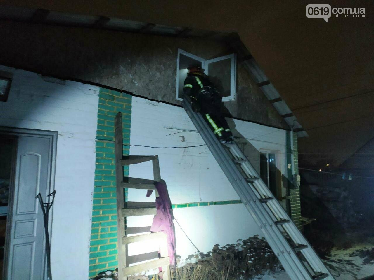 В Мелитополе спасатели отстояли у огня жилой дом, фото-1