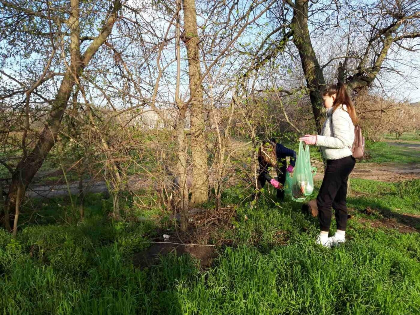 Уборка мусора в садах Филибера учащимися УВК № 16