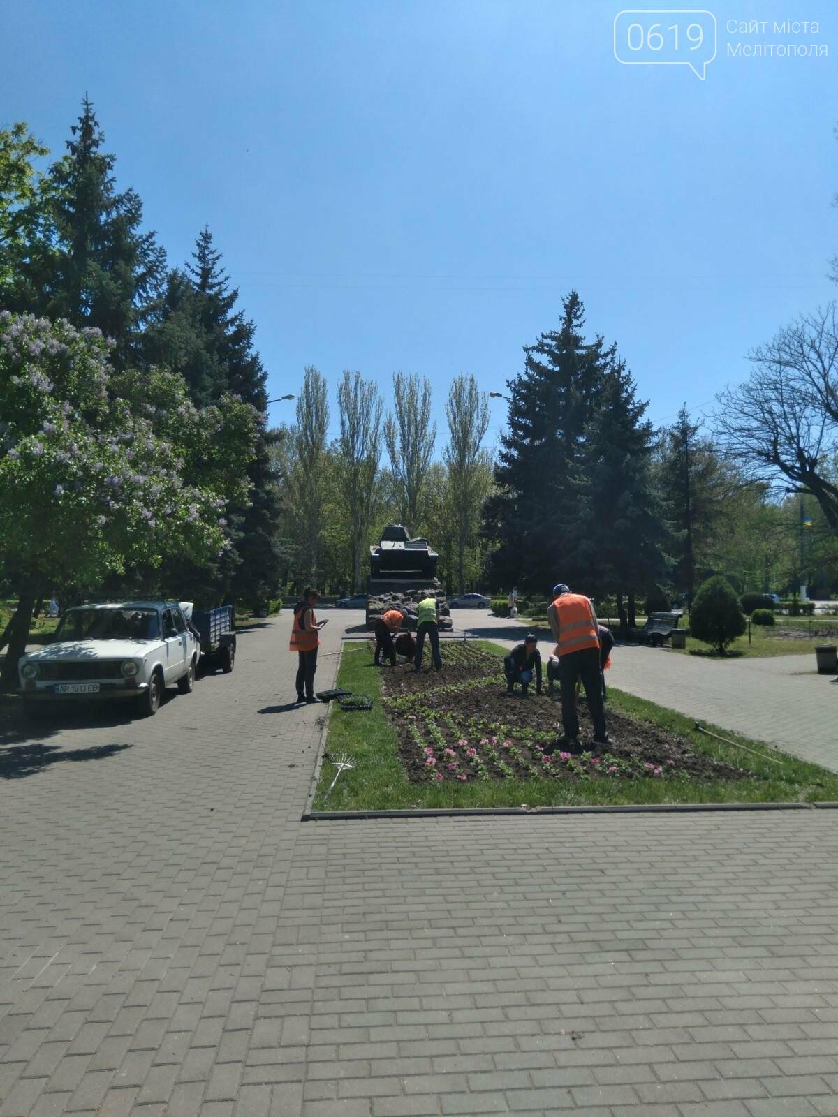 Коммунальщики озеленяют клумбы на Братском кладбище