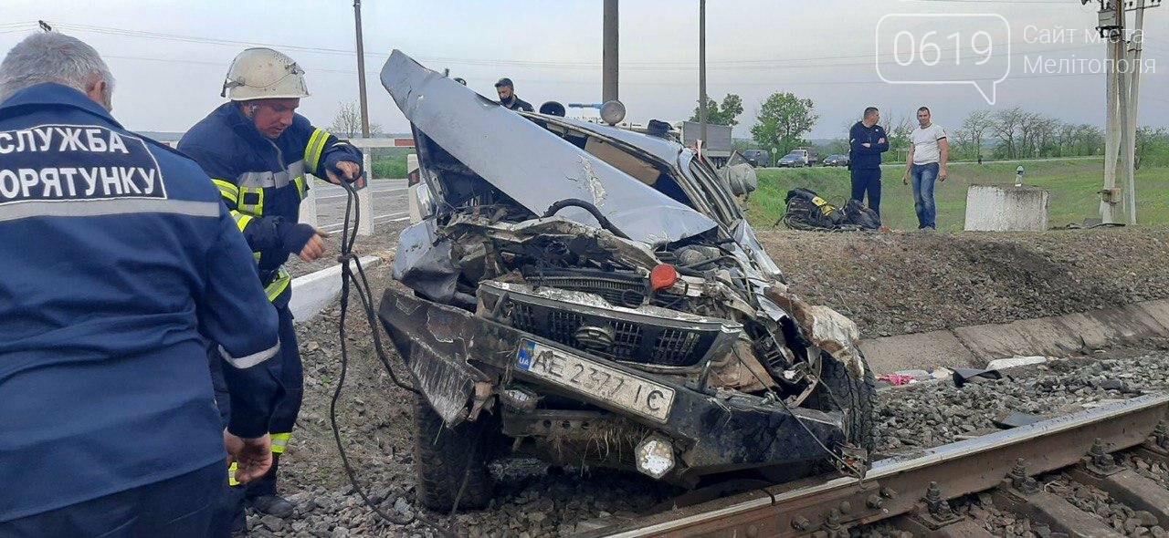 ЧП под Мелитополем: на железнодорожном переезде перевернулась иномарка, фото-1
