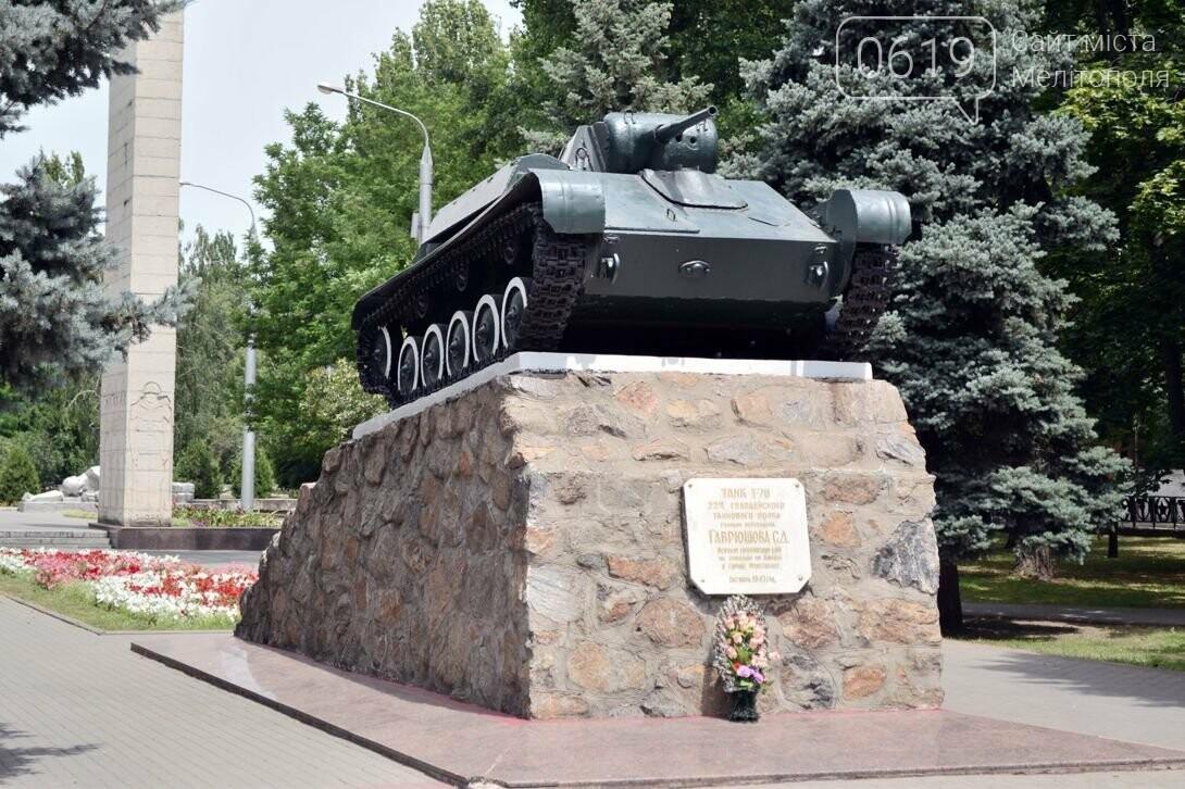 """Залезли на танк: в центре Мелитополя дети """"исследовали"""" памятник, фото-5"""