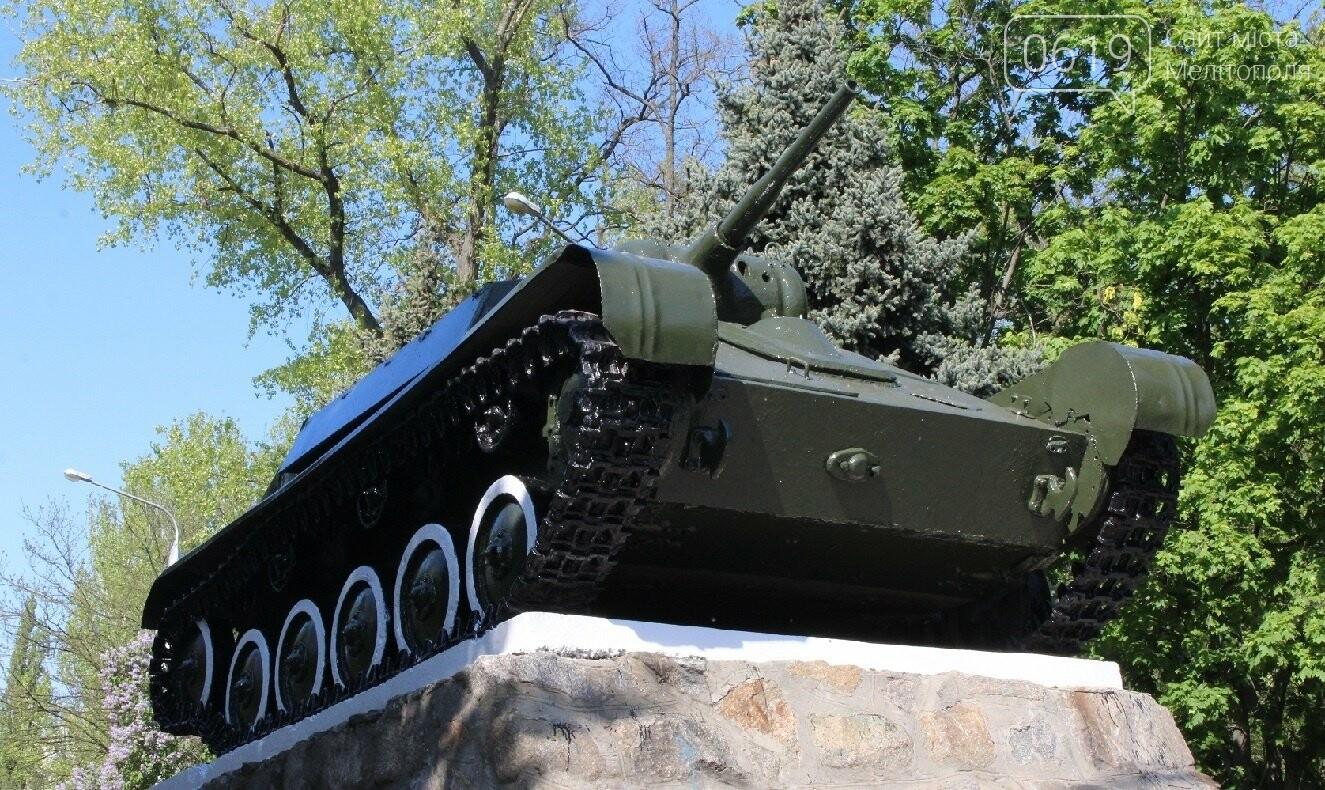 """Залезли на танк: в центре Мелитополя дети """"исследовали"""" памятник, фото-4"""