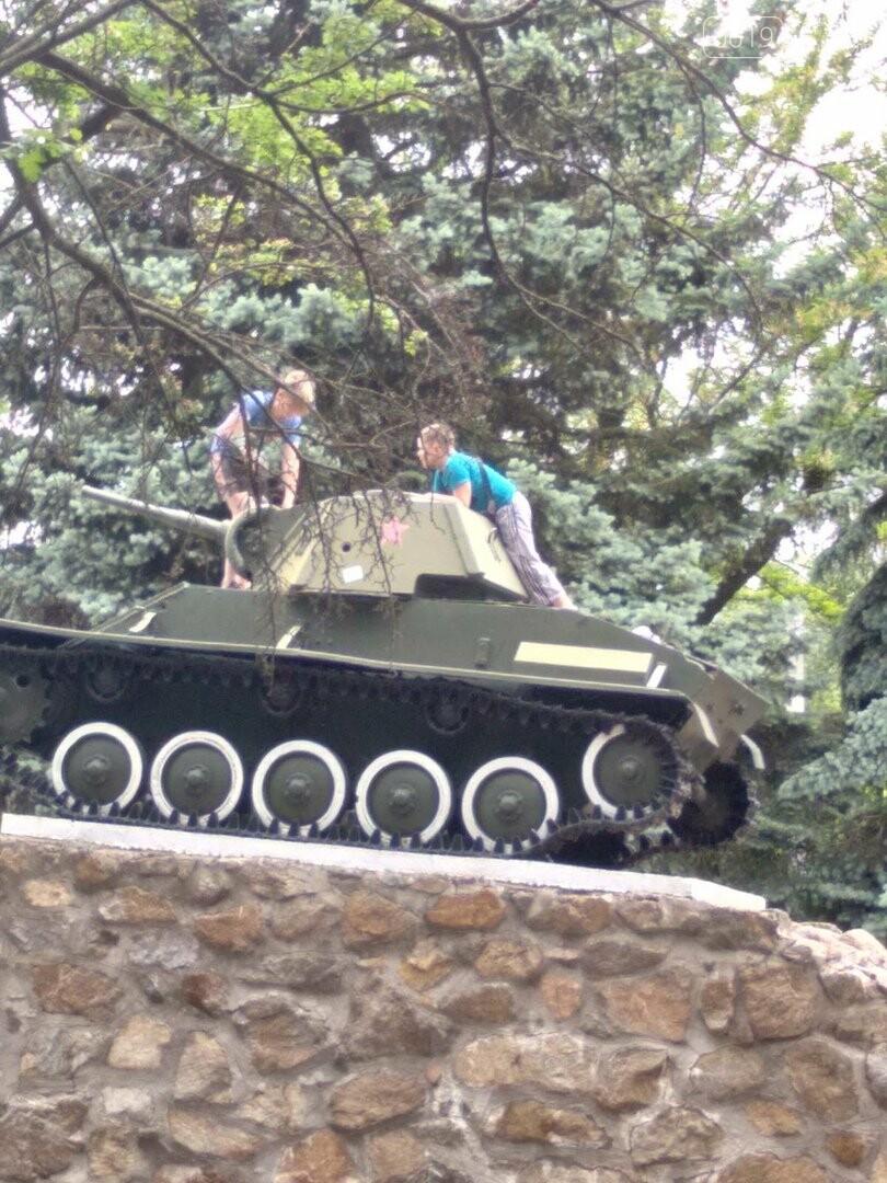 """Залезли на танк: в центре Мелитополя дети """"исследовали"""" памятник, фото-1"""