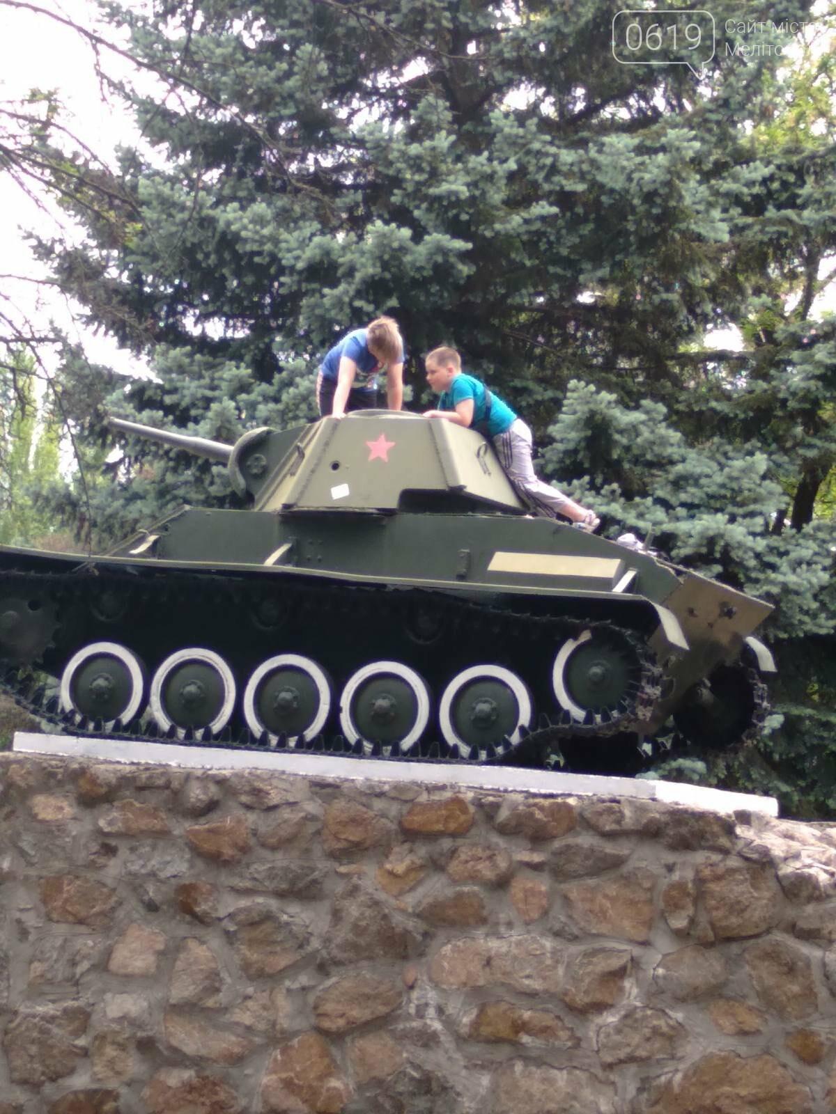 """Залезли на танк: в центре Мелитополя дети """"исследовали"""" памятник, фото-3"""