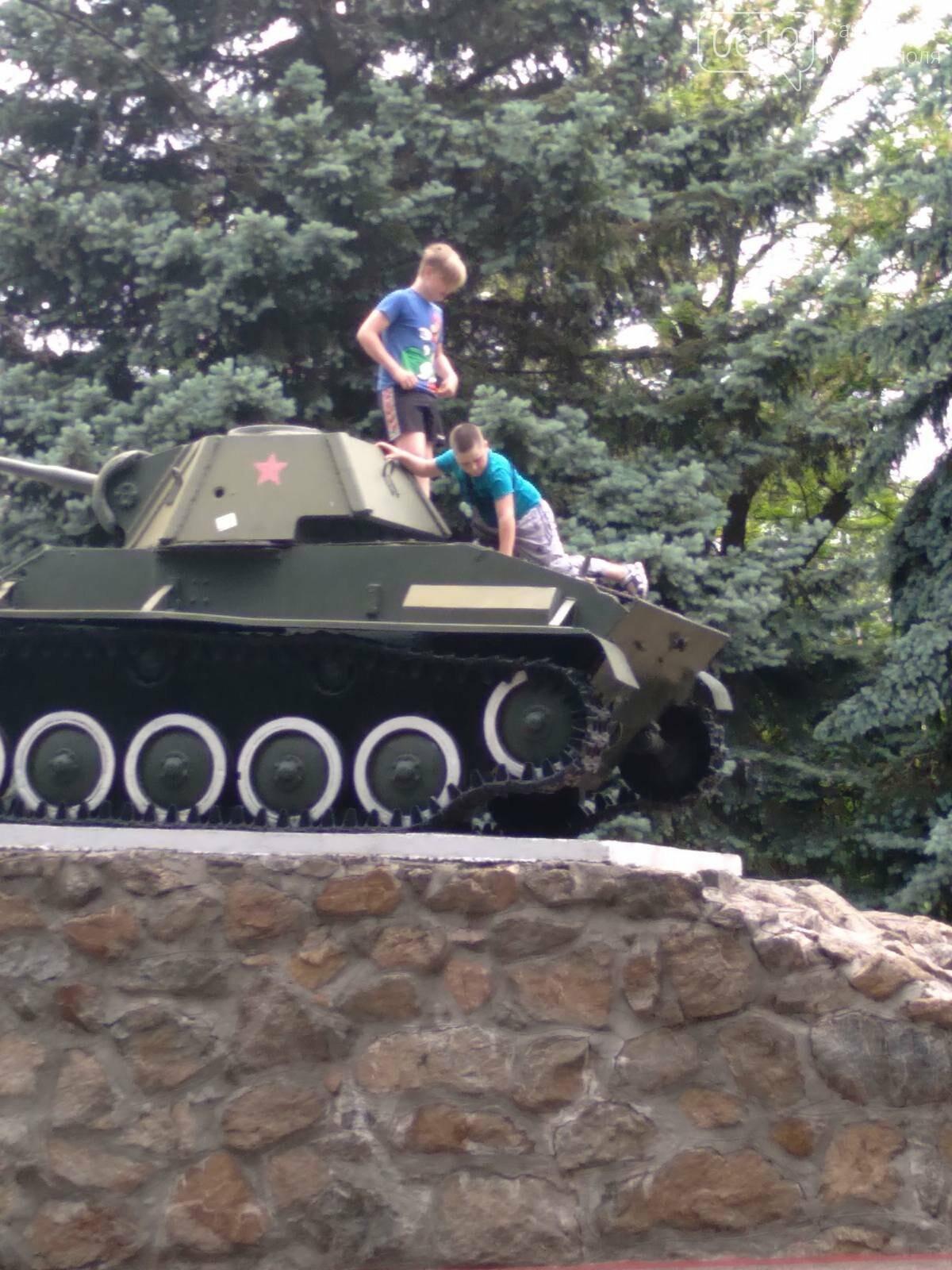 """Залезли на танк: в центре Мелитополя дети """"исследовали"""" памятник, фото-2"""