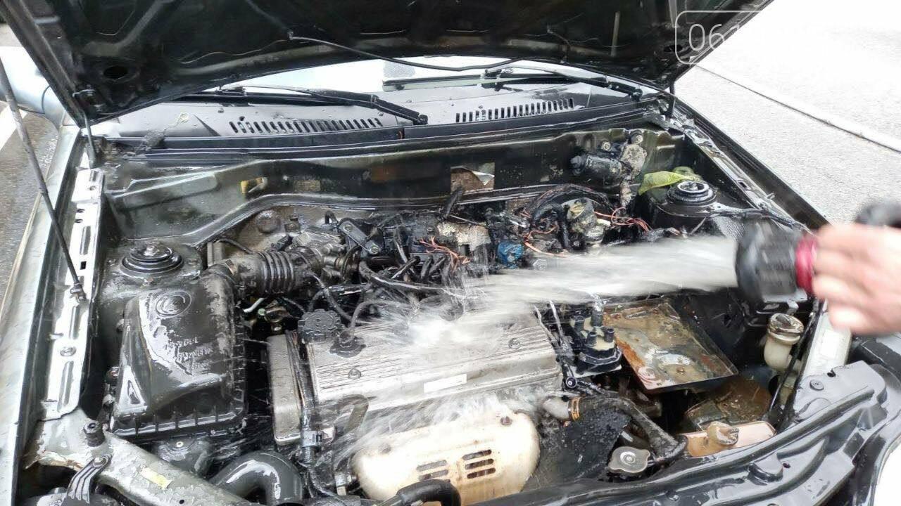 Загорелась проводка: в Мелитополе бойцы ГСЧС тушили авто, фото-2