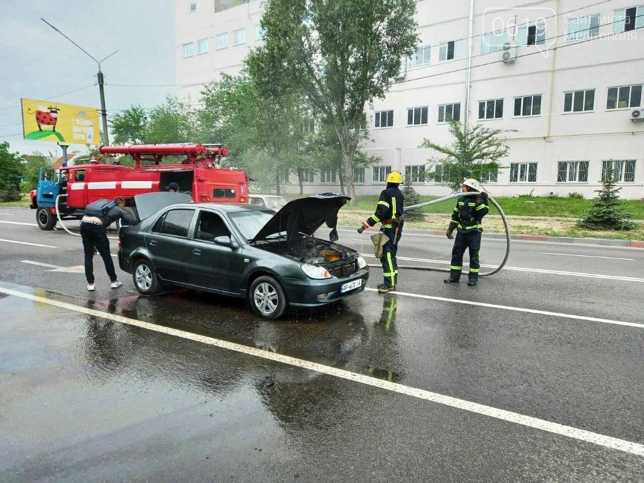 Загорелась проводка: в Мелитополе бойцы ГСЧС тушили авто, фото-1