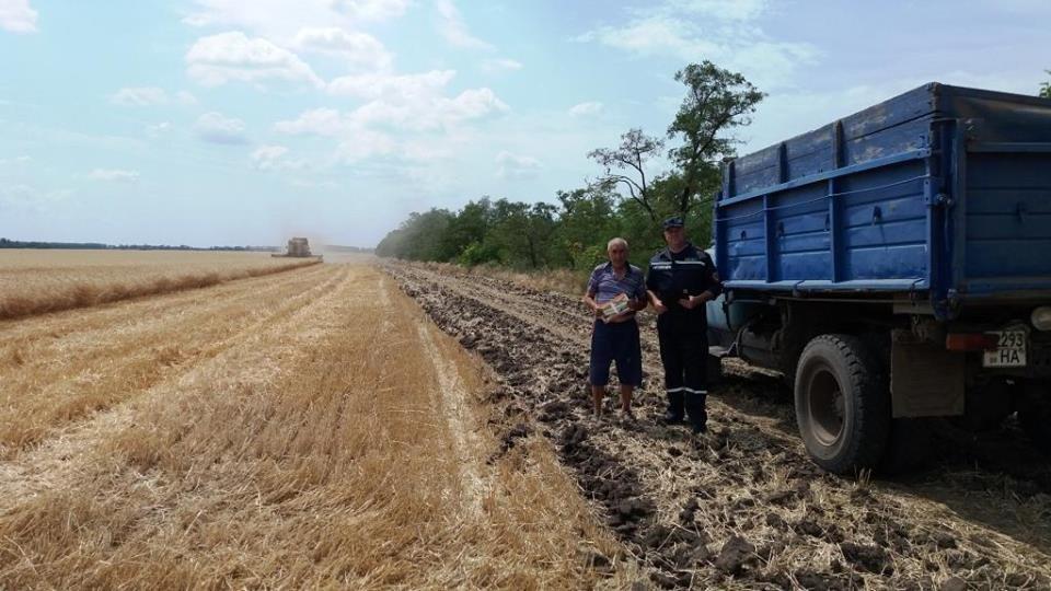 Спасатели помогают уберечь урожай от пожара , фото-1