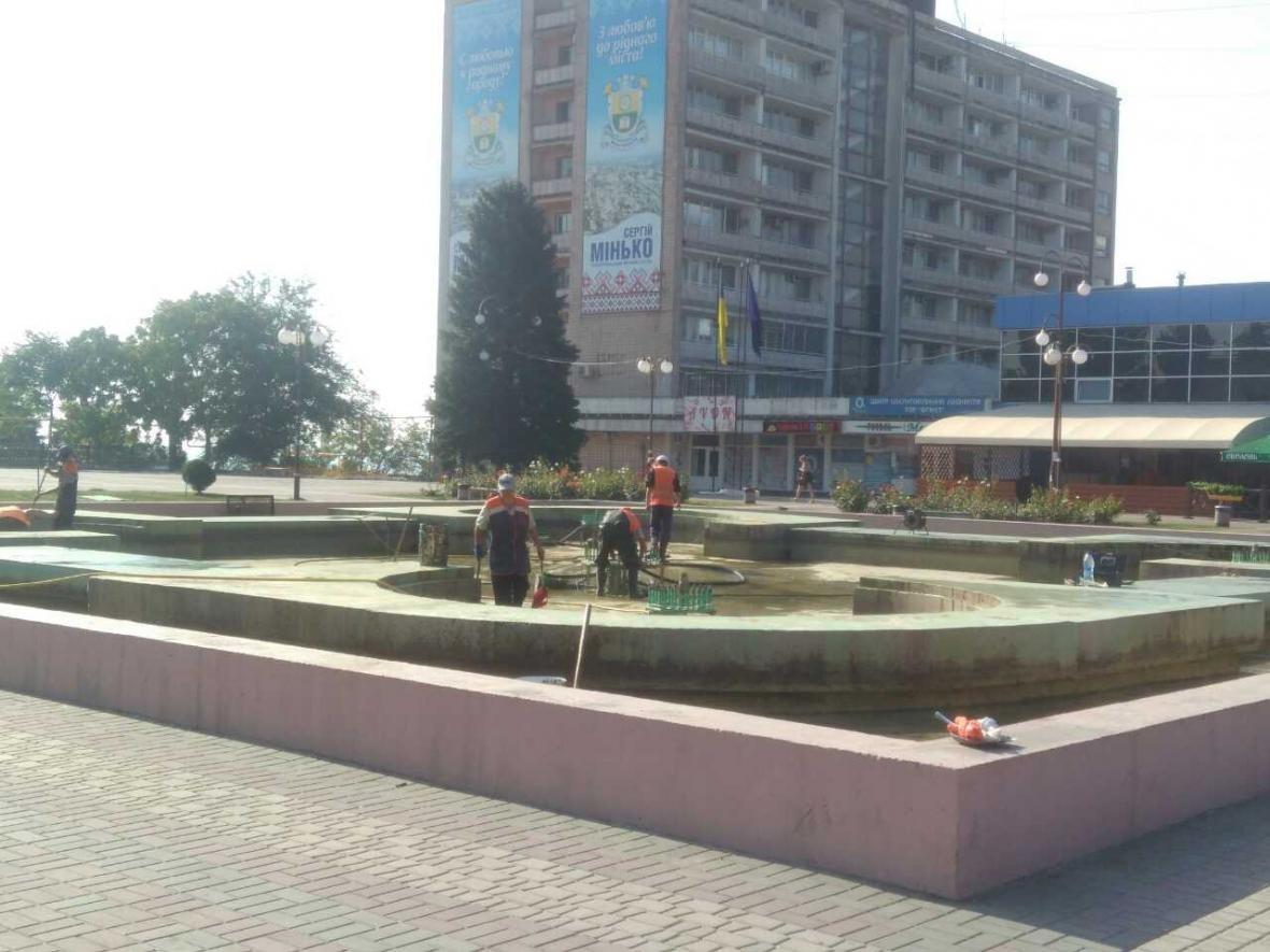 """Коммунальщики чистят """"болото"""" в центре города, фото-1"""