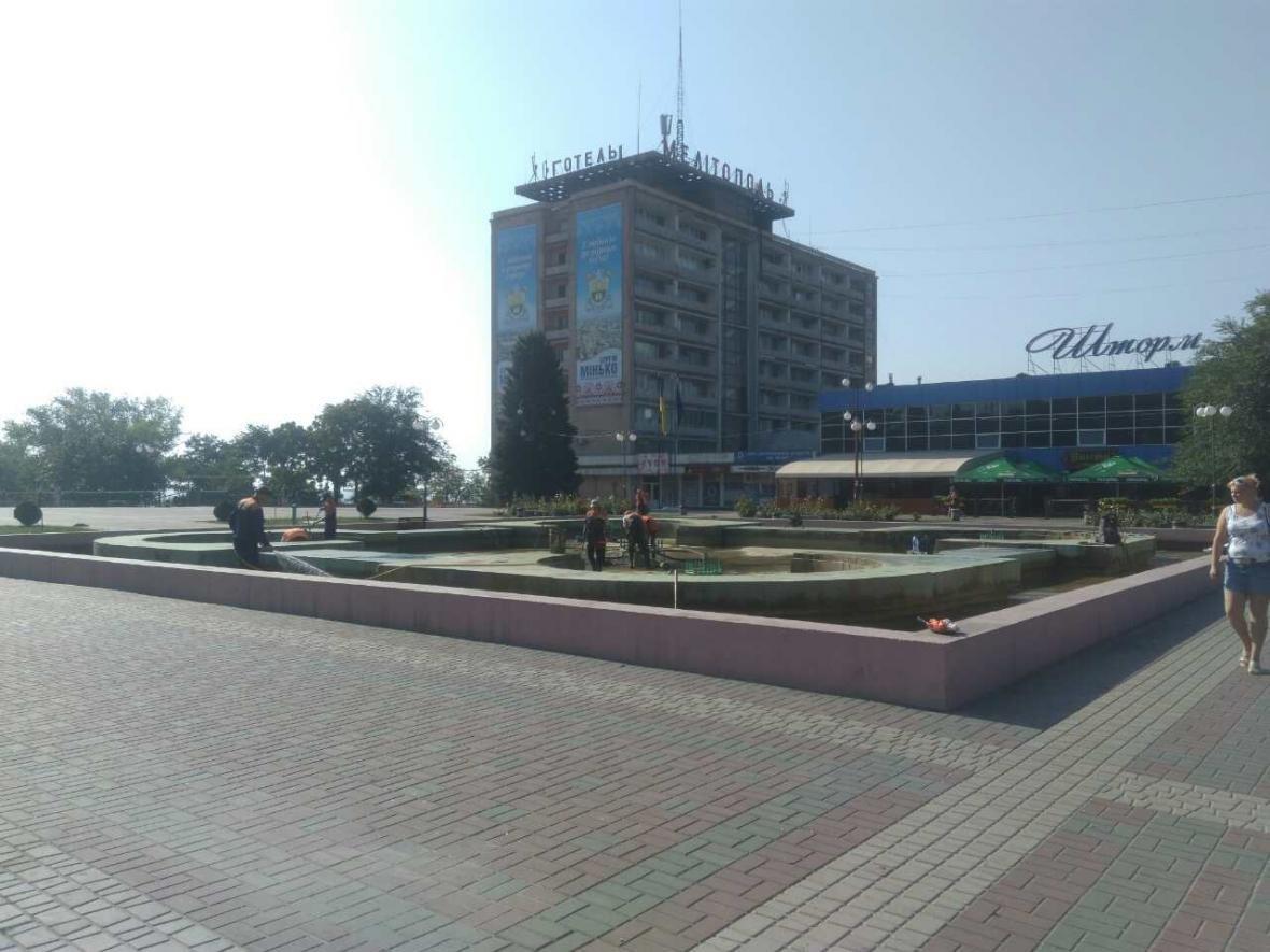 """Коммунальщики чистят """"болото"""" в центре города, фото-2"""