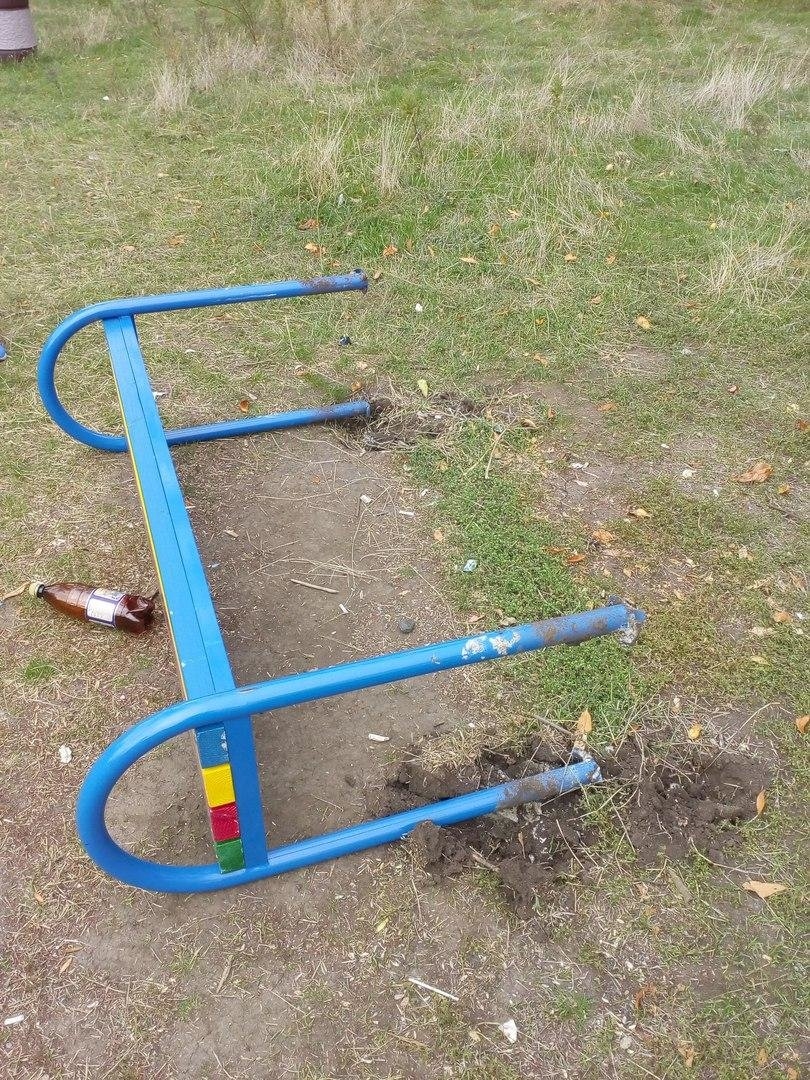Вандалы разгромили детскую площадку , фото-4, Фото из соцсети