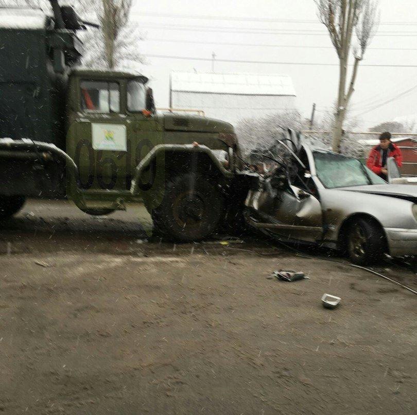 """В Мелитополе грузовик """"Водоканала"""" врезался в Mercedes, есть пострадавший, - ФОТО, ВИДЕО, фото-1"""