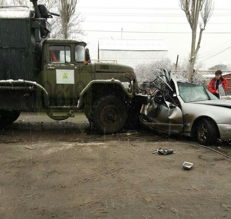 """В Мелитополе грузовик """"Водоканала"""" врезался в Mercedes, есть пострадавший, - ФОТО, ВИДЕО, фото-2"""