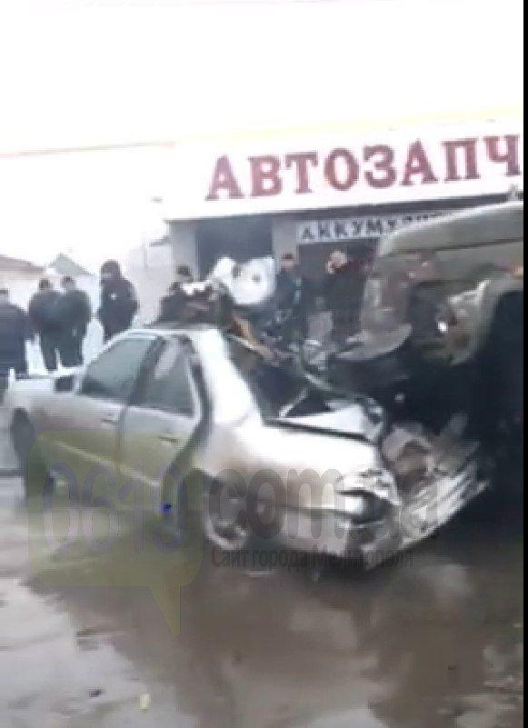 """В Мелитополе грузовик """"Водоканала"""" врезался в Mercedes, есть пострадавший, - ФОТО, ВИДЕО, фото-4"""
