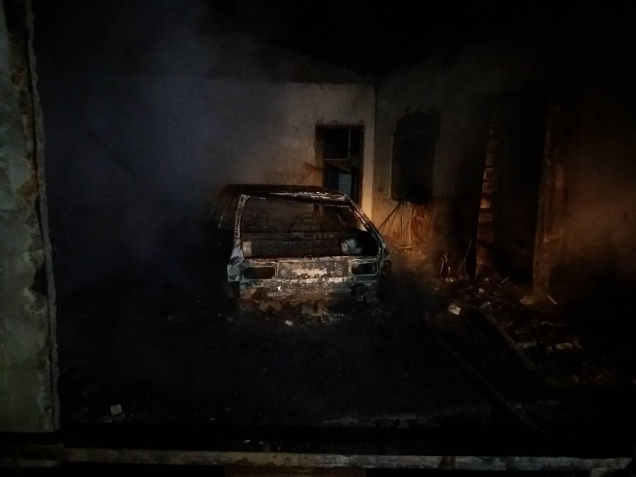 """В селе под Мелитополем в гараже сгорела """"восьмерка"""", - ФОТО, фото-1"""