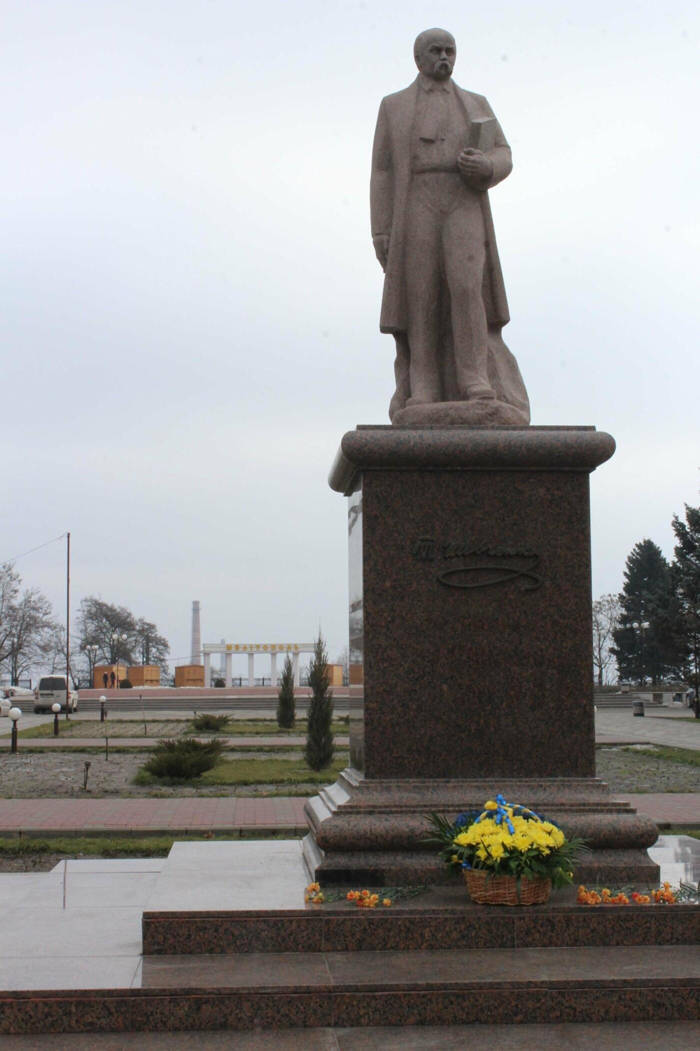 204 года великому Кобзарю: мелитопольцы возложили цветы к памятнику Тараса Шевченко, фото-1