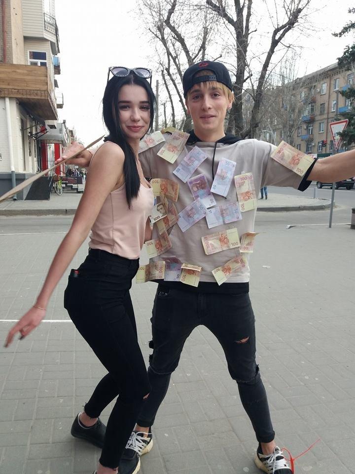 Мелитопольские блогеры раздавали деньги в центре города, фото-1
