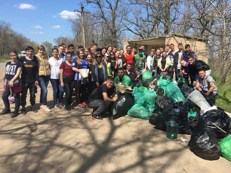 Мелитопольские студенты убрали лесопарк , фото-1, Фото из соцсети