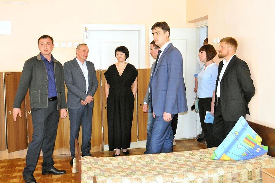 Областные чиновники проинспектировали в каких условиях живут и учатся мелитопольские дети, фото-5