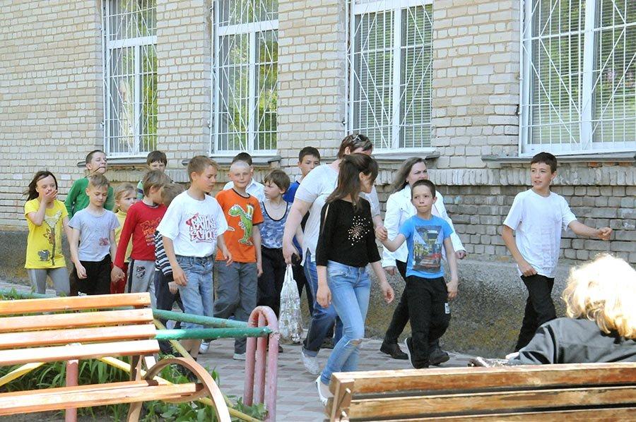 Областные чиновники проинспектировали в каких условиях живут и учатся мелитопольские дети, фото-6