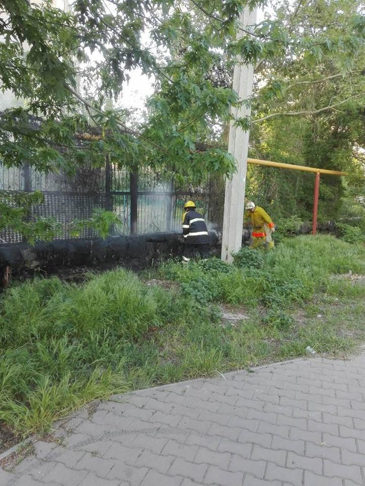 В Мелитополе возле студенческого общежития подожгли газопровод, фото-1