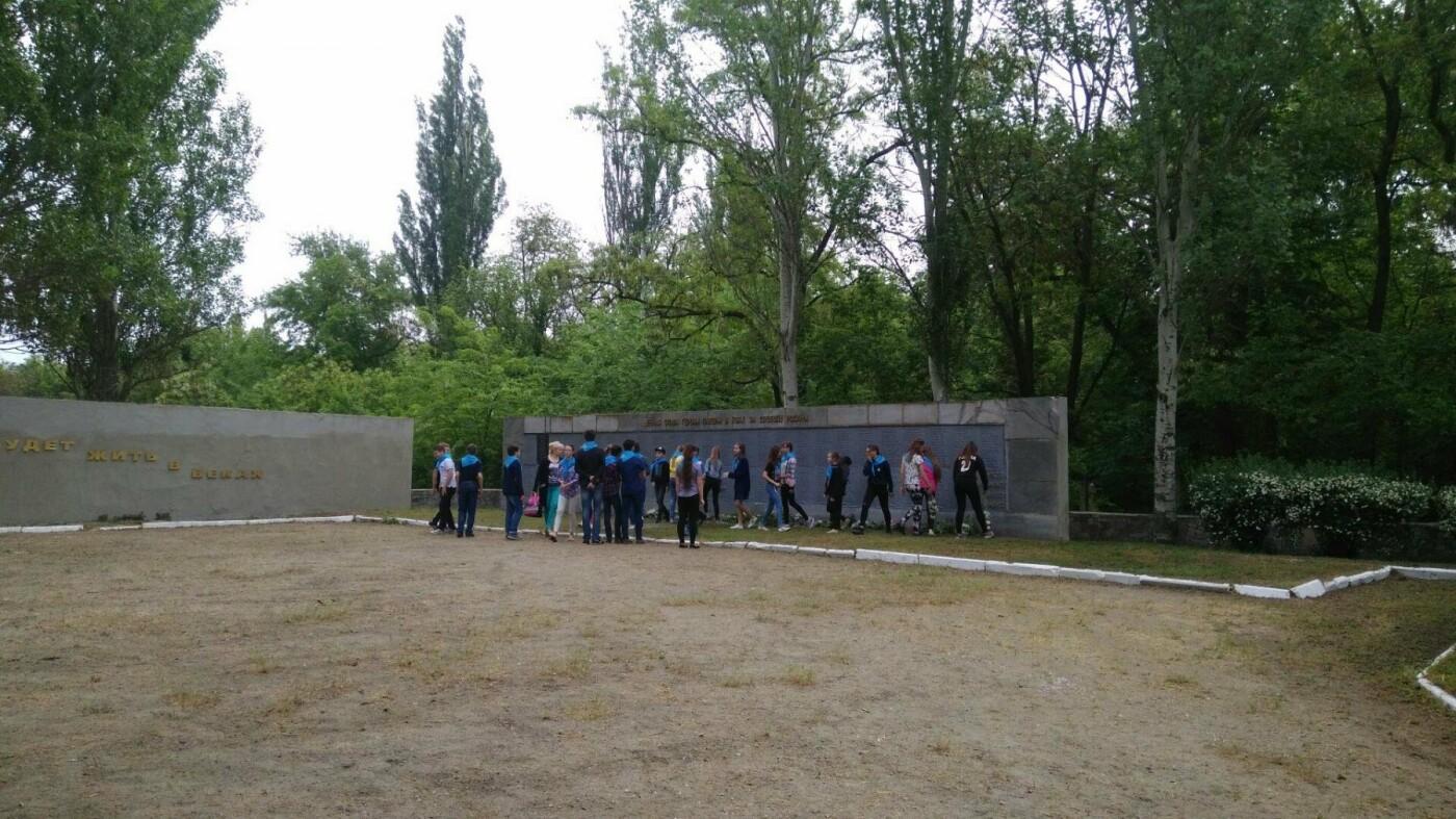 Мелитопольские школьники возложили цветы на Братскую могилу, фото-4, Фото сайта 0619