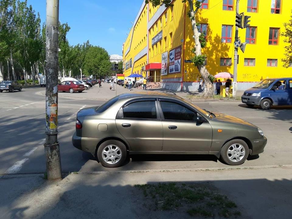 Мелитопольские водители продолжают парковать свои авто на пешеходных переходах, фото-1, Фото из открытого доступа