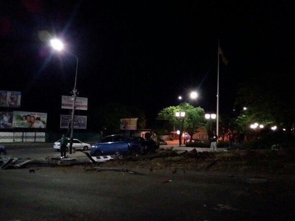 В Мелитополе водитель на Опеле снес столб со светофором, фото-2