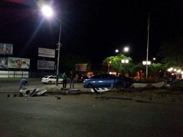 В Мелитополе водитель на Опеле снес столб со светофором, фото-1