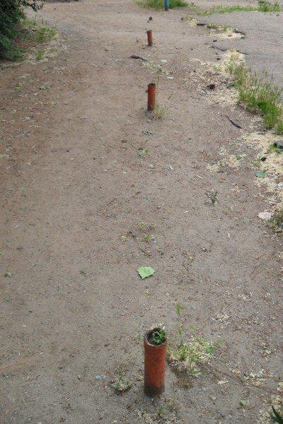 На площадке торчат металлические трубы, о которые могут травмироваться дети , фото-2