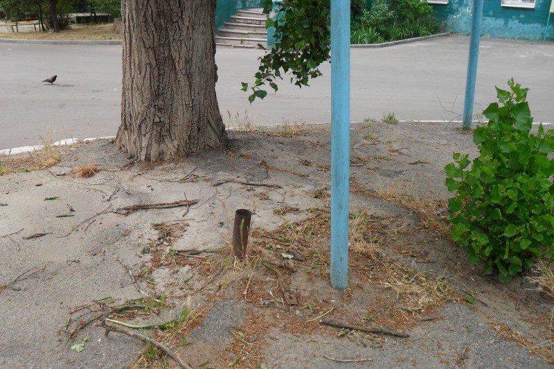 На площадке торчат металлические трубы, о которые могут травмироваться дети , фото-3