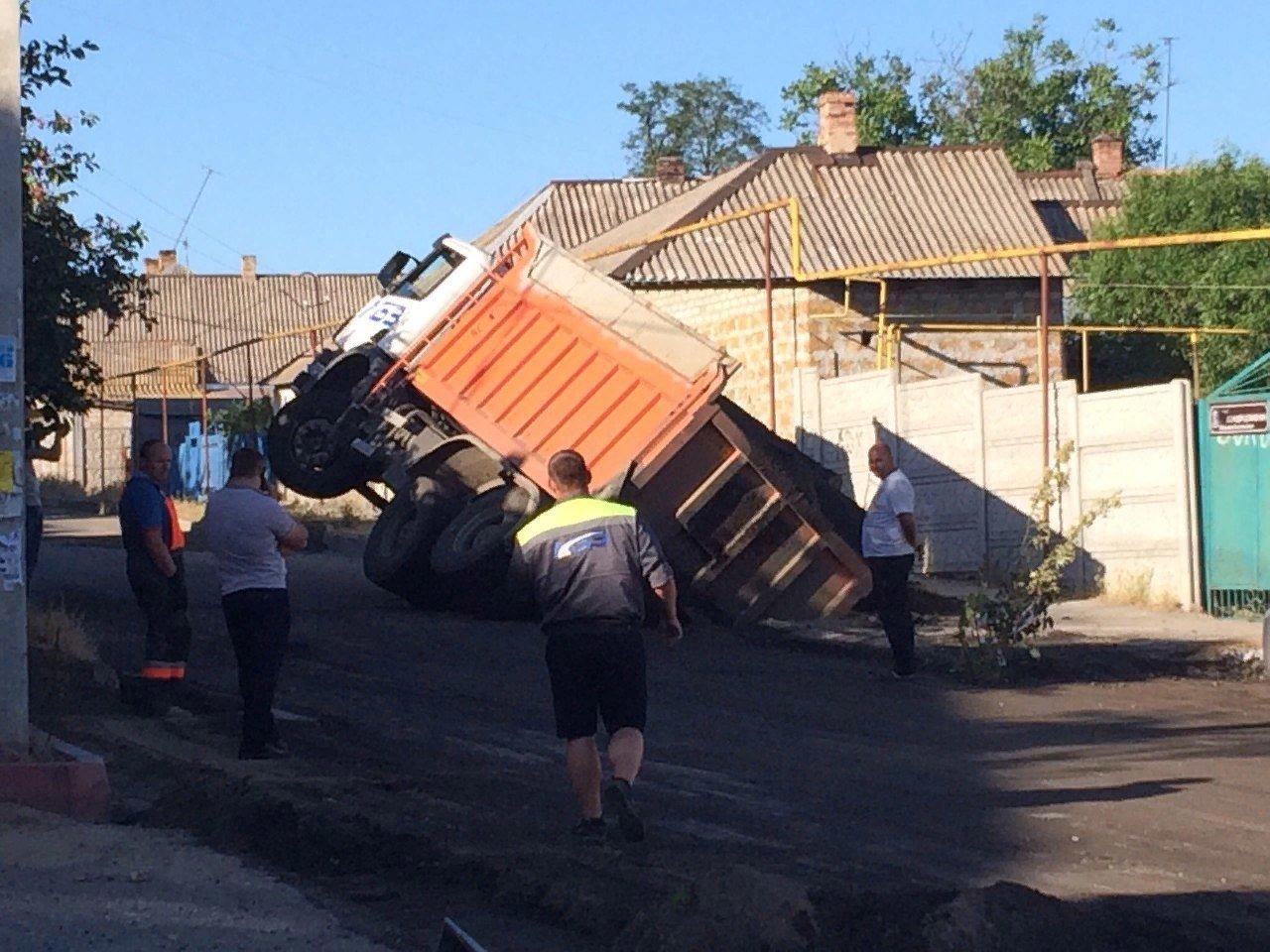 В Мелитополе в нижней части города перевернулся грузовой автомобиль, - ФОТО , фото-2, Фото из открытого доступа