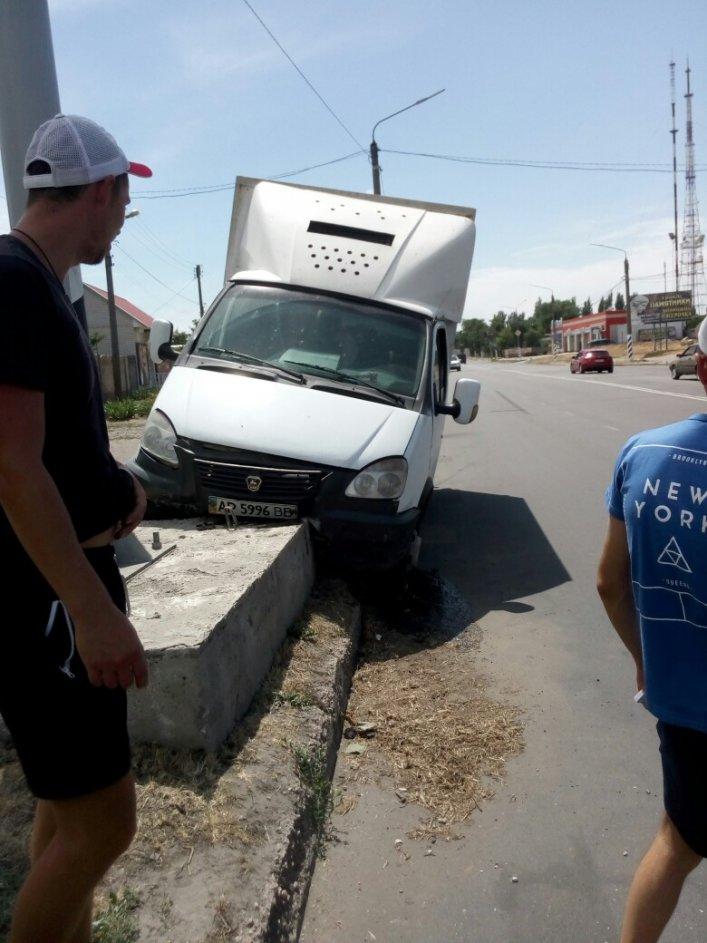 В Мелитополе грузовой автомобиль врезался в билборд, фото-2