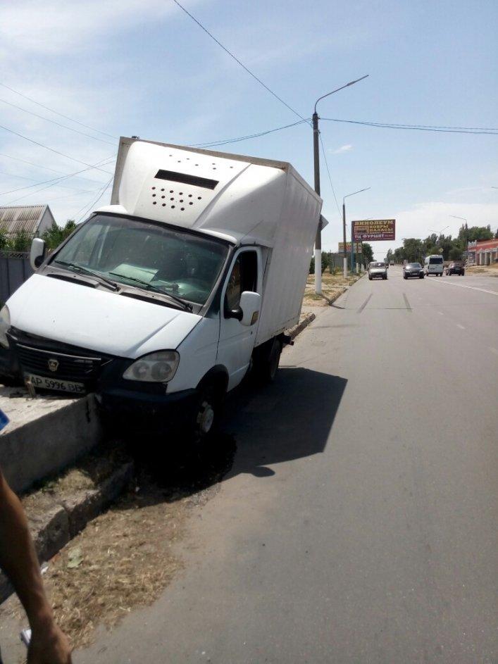 В Мелитополе грузовой автомобиль врезался в билборд, фото-1