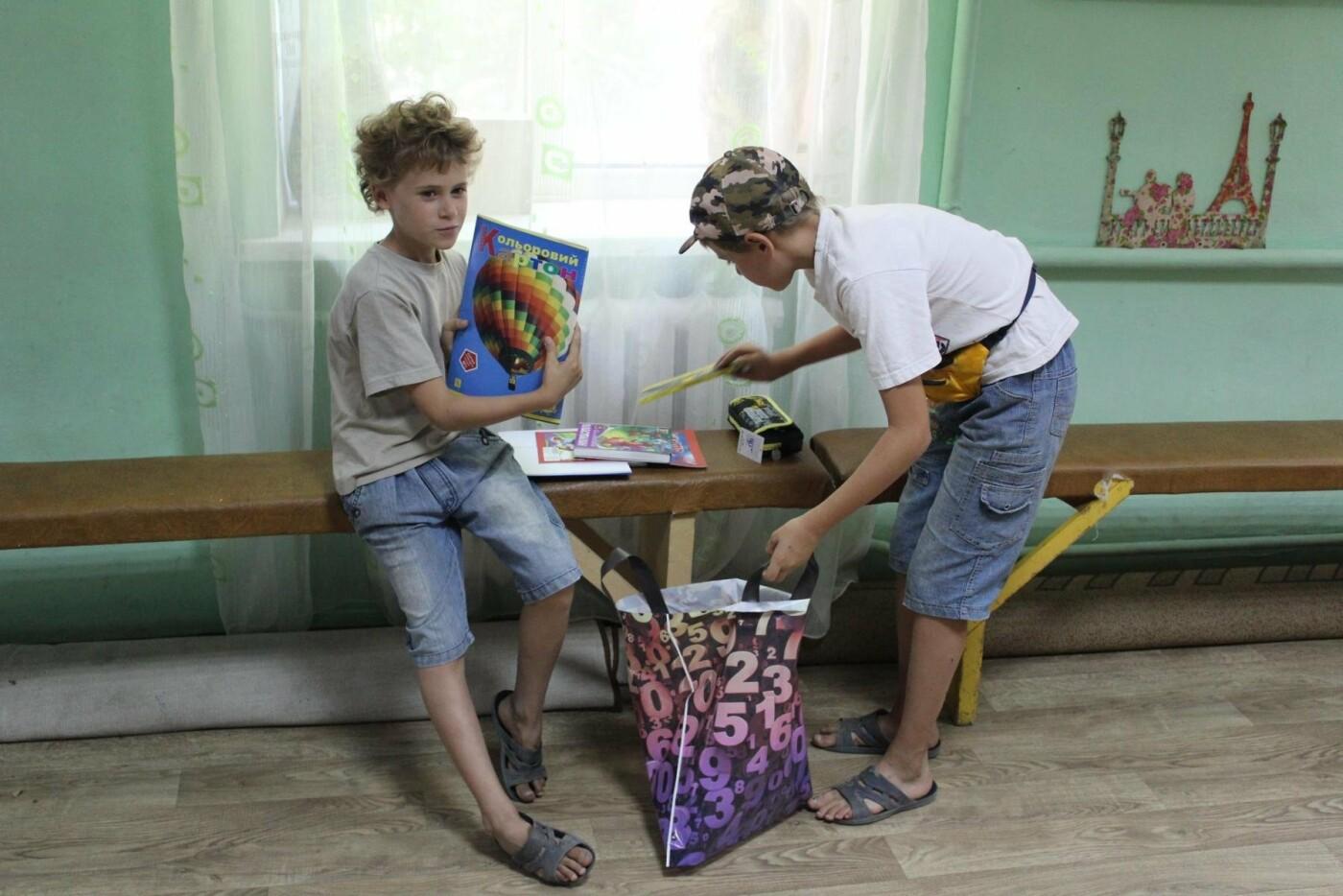 Волонтеры вручили мелитопольским детям школьные принадлежности , фото-3