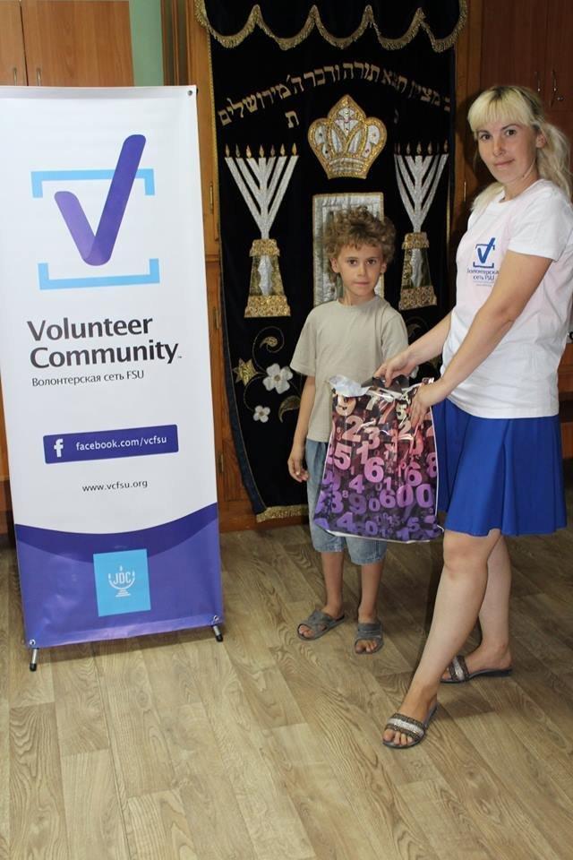 Волонтеры вручили мелитопольским детям школьные принадлежности , фото-1