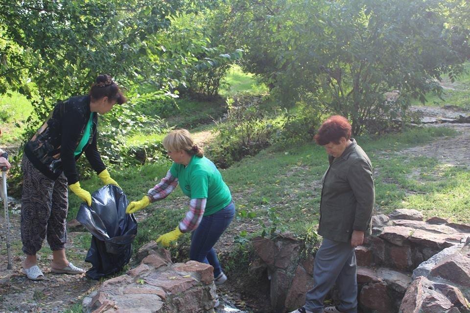 Мелитопольские волонтеры убрали на святых источниках в Терпенье, фото-1
