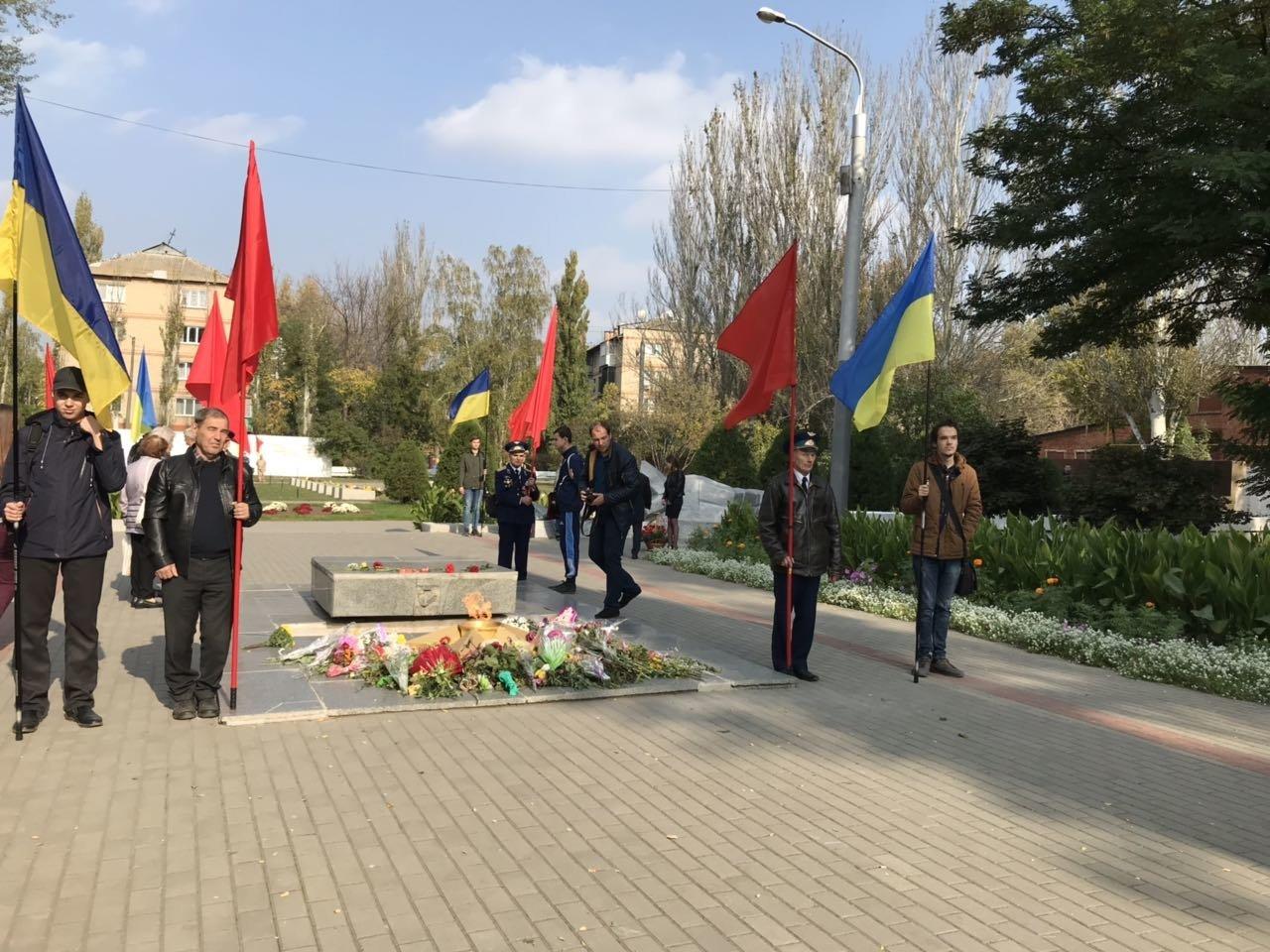 В День освобождения Мелитополя на Братском кладбище возложили цветы , фото-2