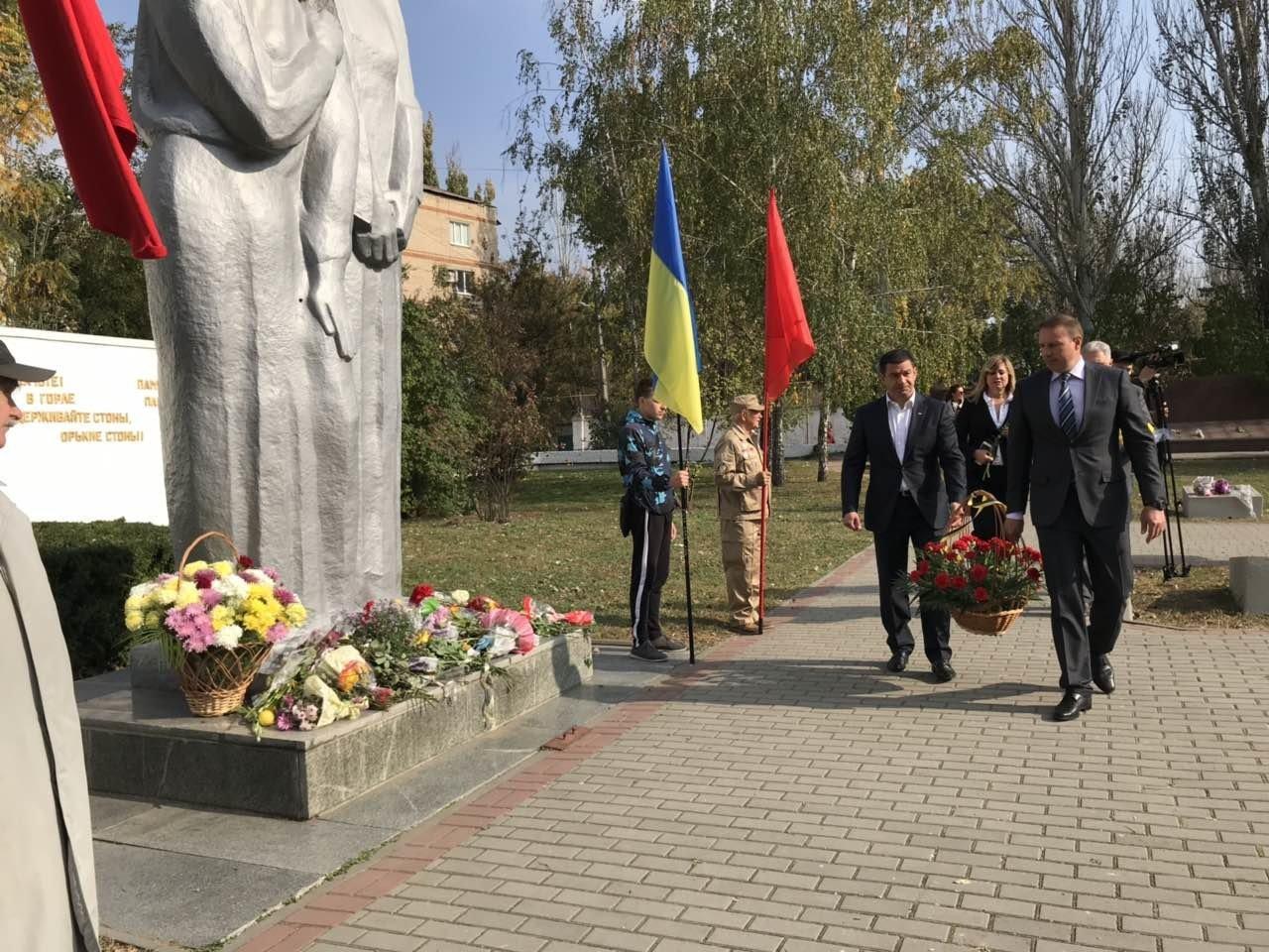 В День освобождения Мелитополя на Братском кладбище возложили цветы , фото-4