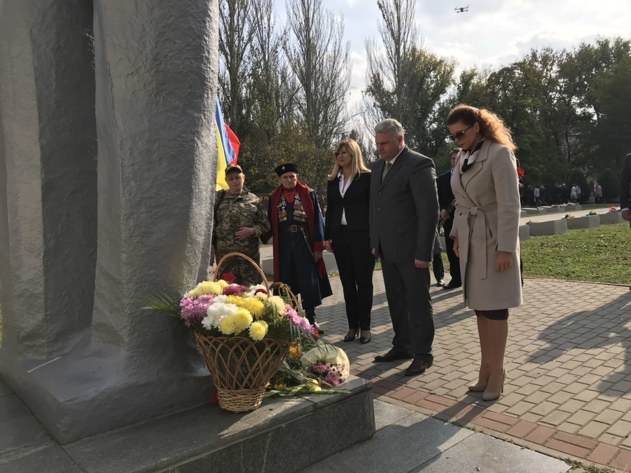 В День освобождения Мелитополя на Братском кладбище возложили цветы , фото-1